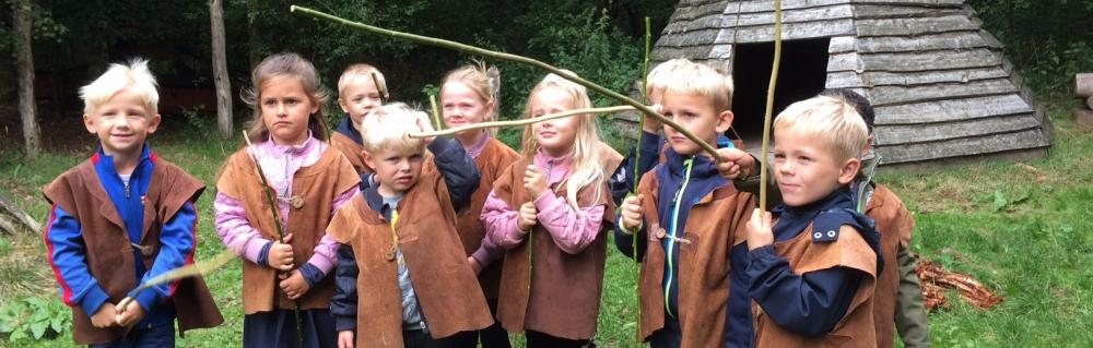 Børn med dragter og jagtudstyr