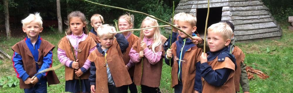 Børn i dragter og med jagtudstyr