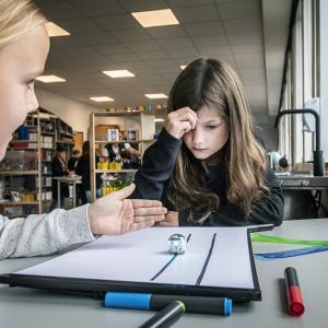 Elever programmerer små robotter