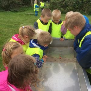 Børn eksperimenterer og bygger små diger