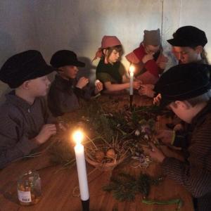 Elever i dragter laver påskepynt som i 1800 tallet