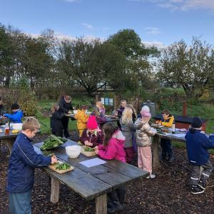 Elever tilbereder udendørs, råvarer til mad