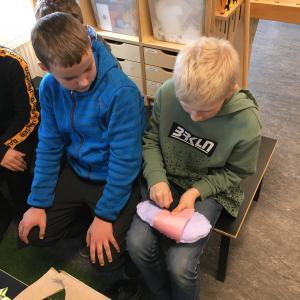 Elever konstruerer sko af forskelligt materiale