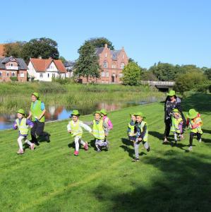 Børn i bevægelse langs Ribe Å