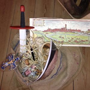 Sæk med forskellige genstande fra historiske perioder